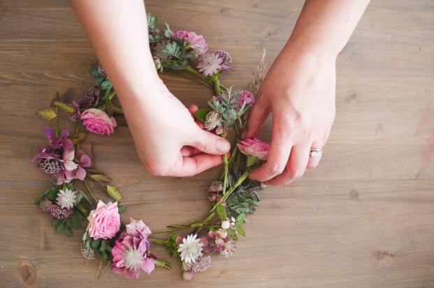 diy couronne de fleurs fraiches l 39 accessoire du. Black Bedroom Furniture Sets. Home Design Ideas